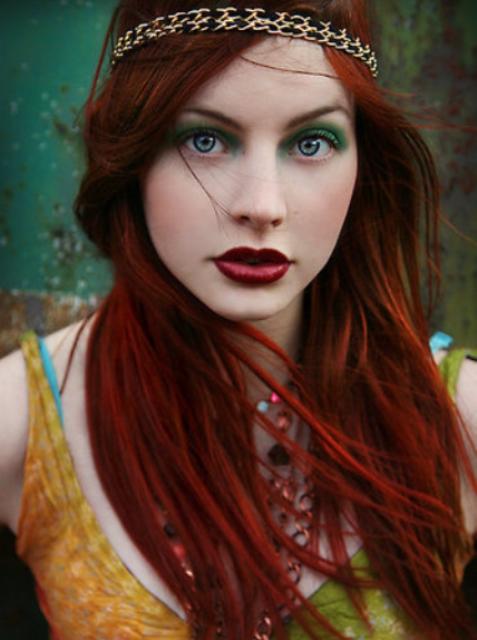 Девушка с роскошными темно-рыжими волосами