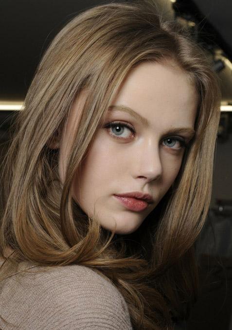 Девушка с русыми волосами