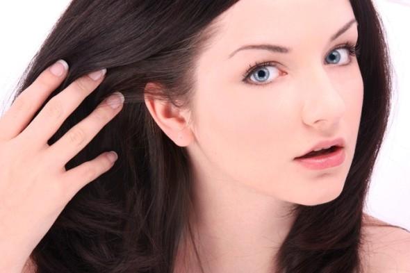 Девушка с каштановыми волосами и естественным макияжем