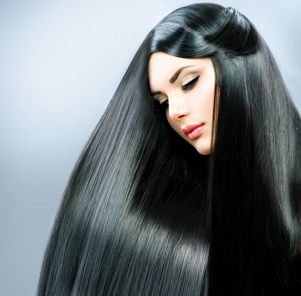 Девушка с роскошными блестящими черными волосами