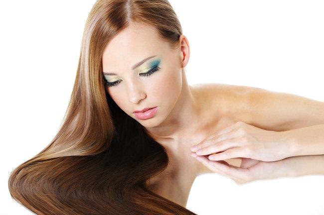 Девушка с длинными волосами и вечерним макияжем