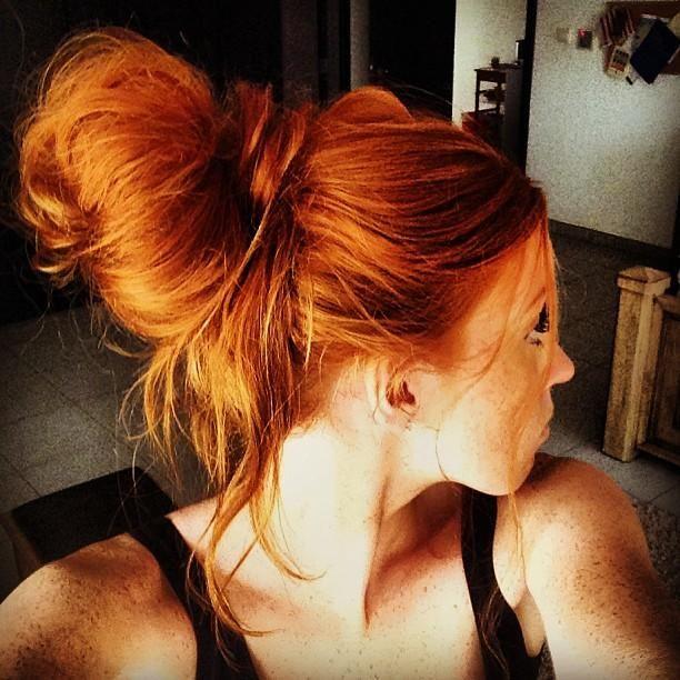 Девушка с красивыми рыжими волосами
