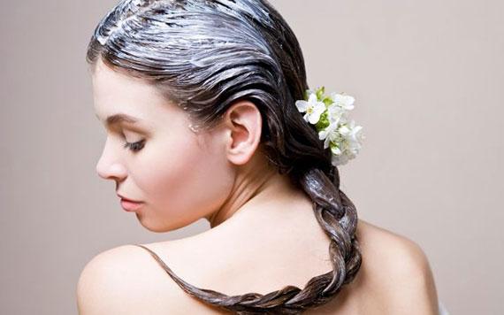 Девушка с маской на волосах и цветком
