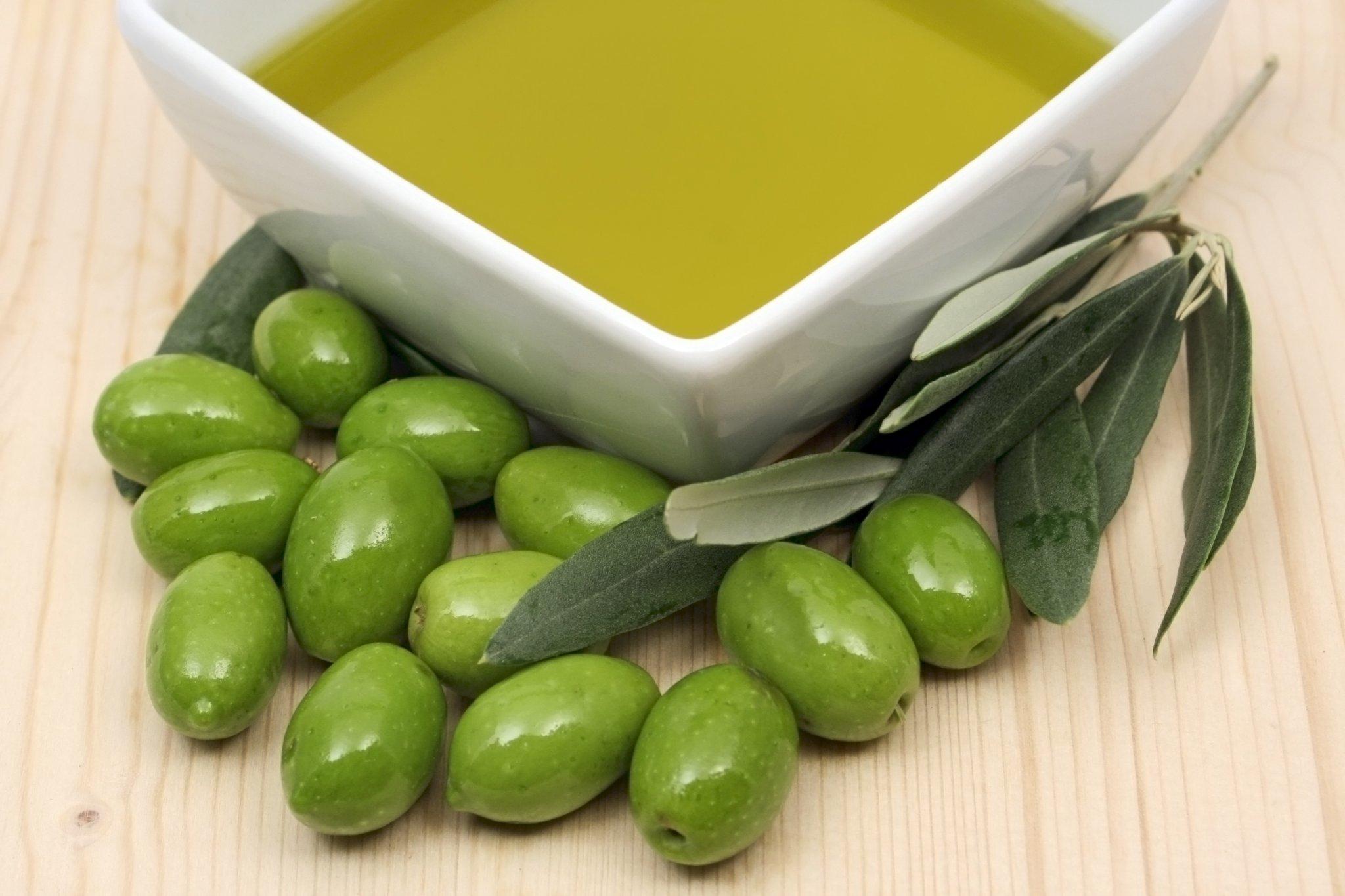Оливковое масло в квадратной миске