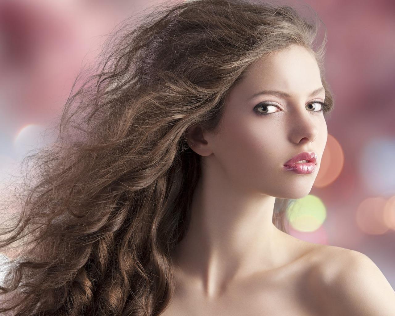Девушка с роскошными волосами и красивым макияжем