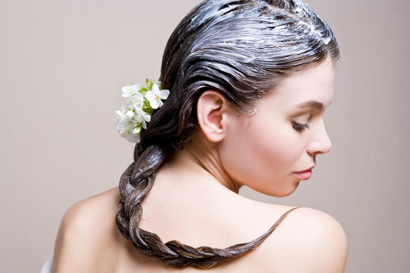 Девушка с маской для волос и цветком