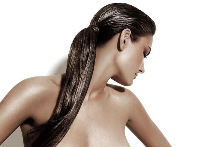 Девушка с маслом на волосах