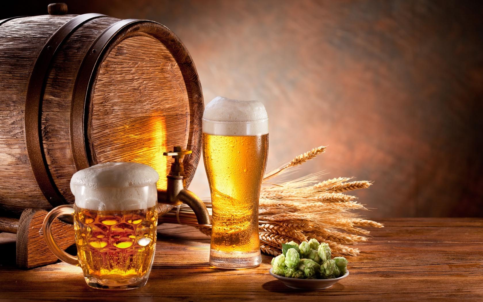 Пиво в стакане на фоне бочки