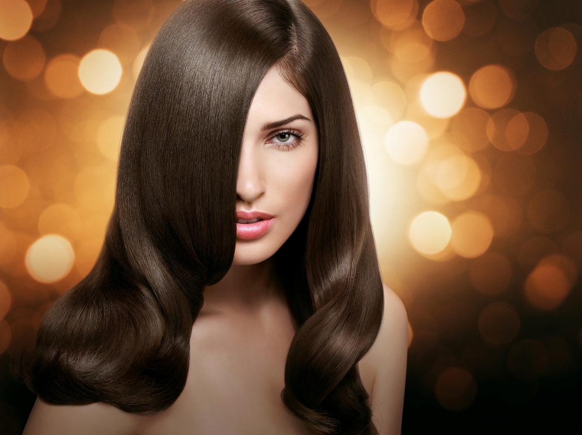 Девушка с красивыми темными волосами