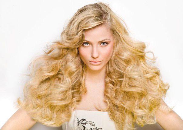 Девушка со светлыми кудрявыми волосами