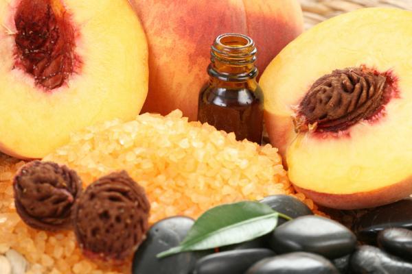 Персики с листьями и масло