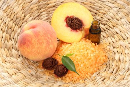 Свежесобранные плоды в плетеной корзине