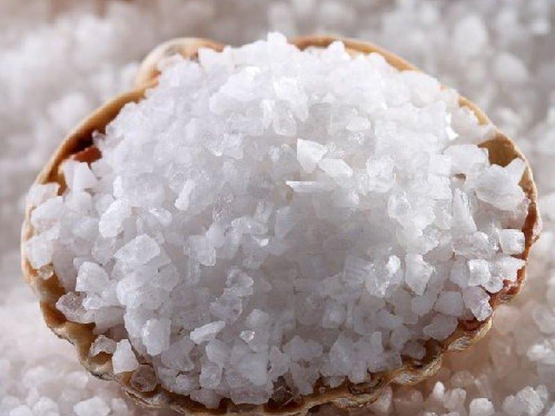 Морская соль в деревянной миске