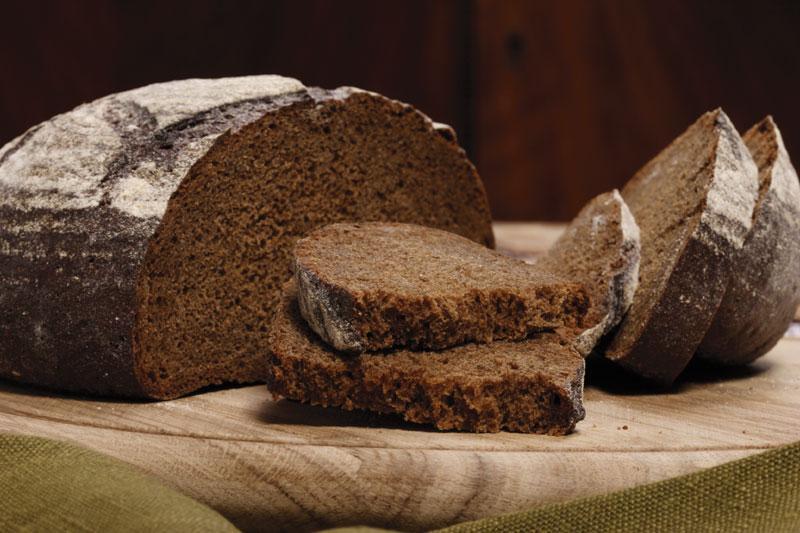 Нарезанный бородинский черный хлеб