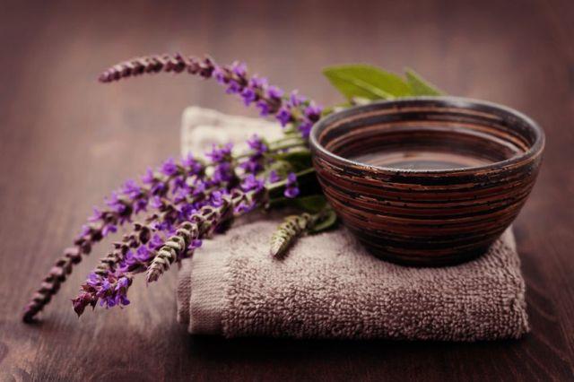 Цветки шалфея и глиняная миска