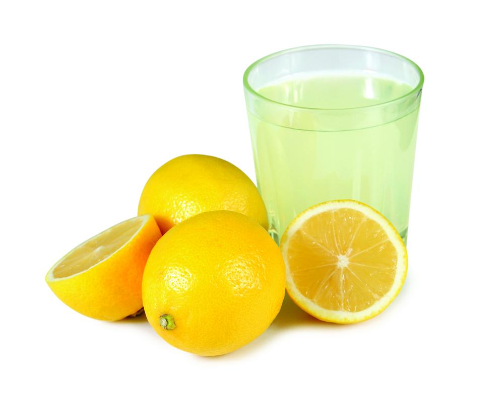 Сок лимона и нарезанные лимоны