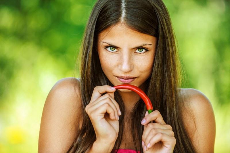 Девушка с красивыми волосами и зелеными глазами
