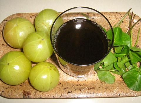 Крупные зеленые ягоды и масло, которое из них получается