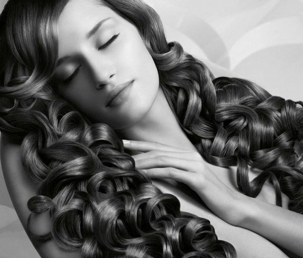 Девушка с красивыми локонами