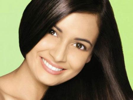 Девушка с сияющими волосами и естественным макияжем