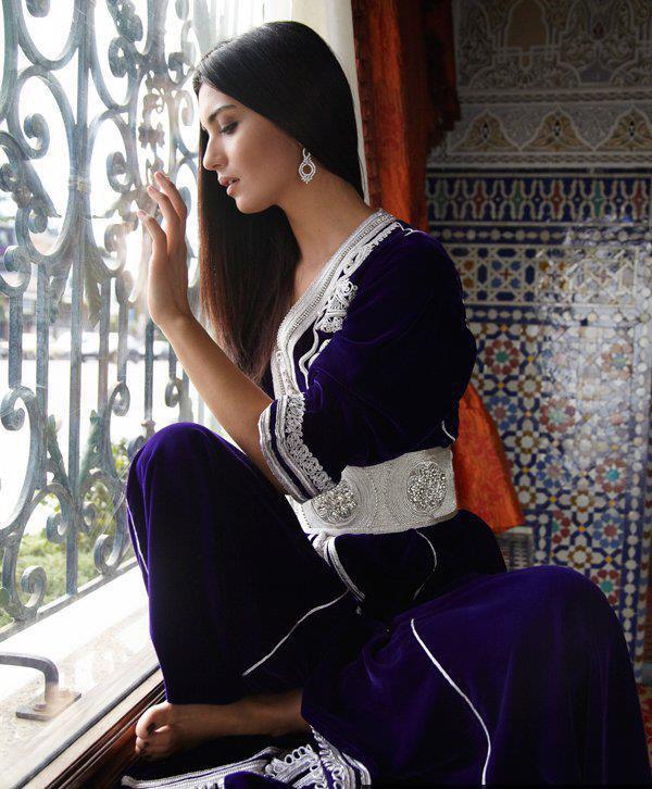 Восточная красавица в фиолетовом одеянии