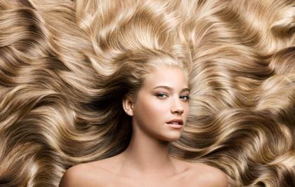 Девушка с роскошными и длинными волосами