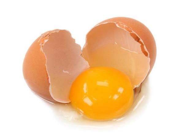 Яйцо с желтком и белком - популярный ингредиент продуктов для волос