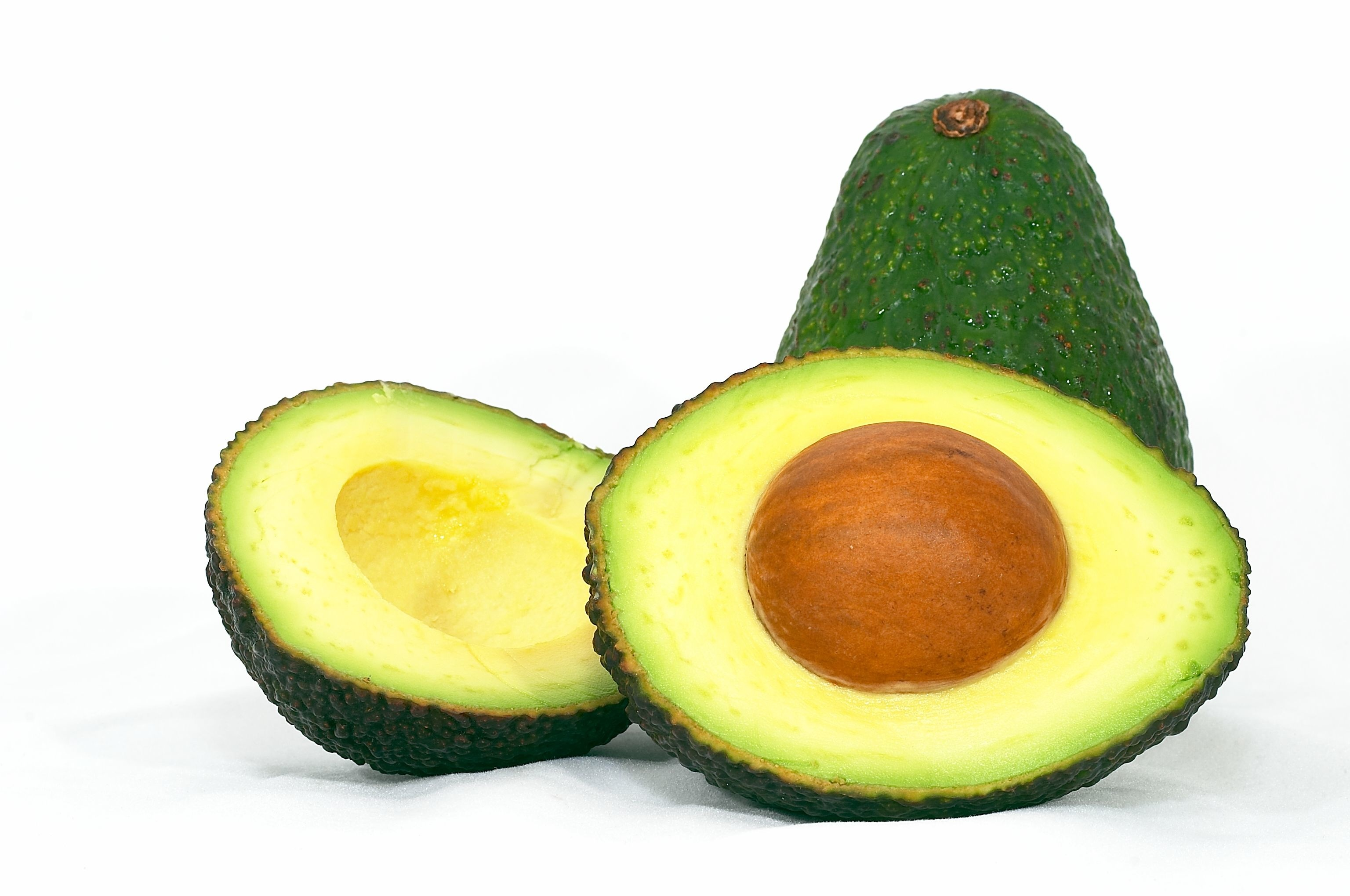 Авокадо в разрезе зеленого цвета
