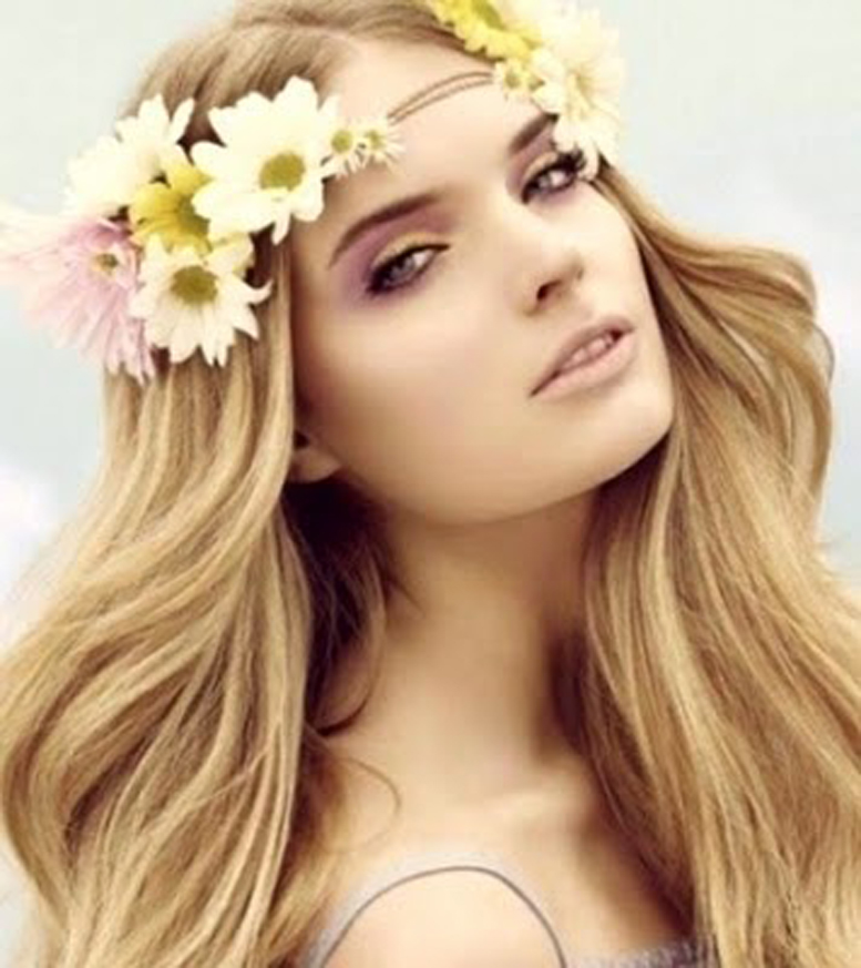 Девушка со светлыми волосами в цветочном венке