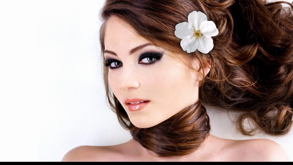 Девушка с вечерним макияжем и красивыми волосами
