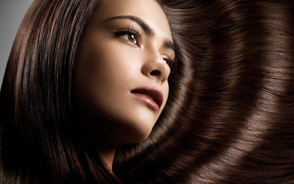 Девушка с красивыми каштановыми волосами и карими глазами