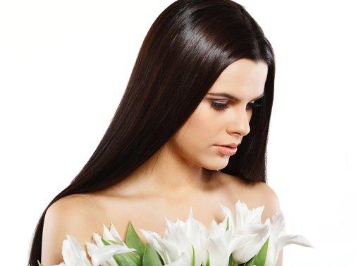 Девушка с роскошными и густыми темными волосами
