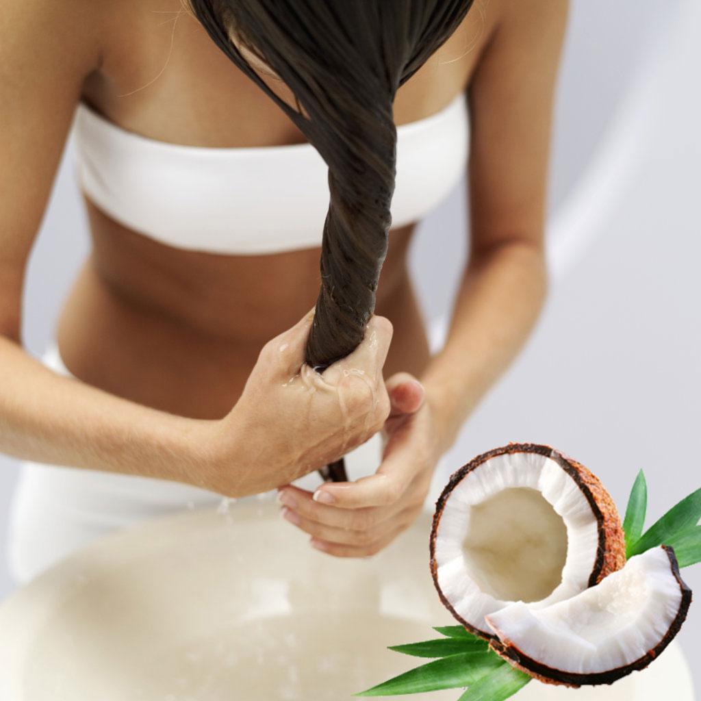 Девушка выжимает воду из волос после процедуры