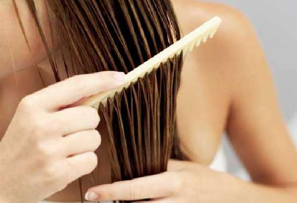 Расчесывание волос расческой из натурального дерева