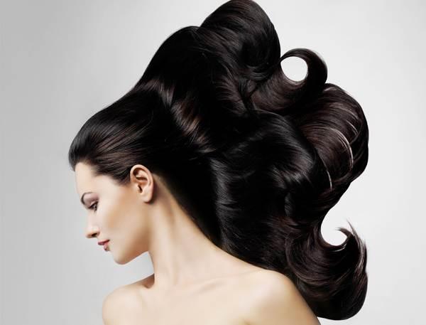 Девушка с роскошными темными волосами