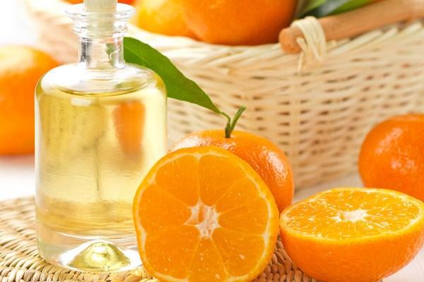 Разрезанные и целые апельсины на плетеной салфетке