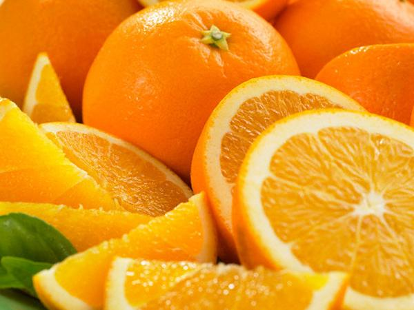 Апельсины с листьями и кожурой оранжевого цвета