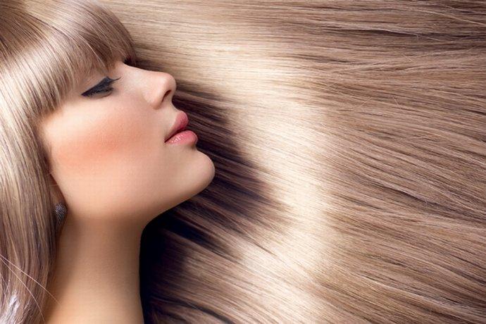 Девушка со светлыми блестящими волосами