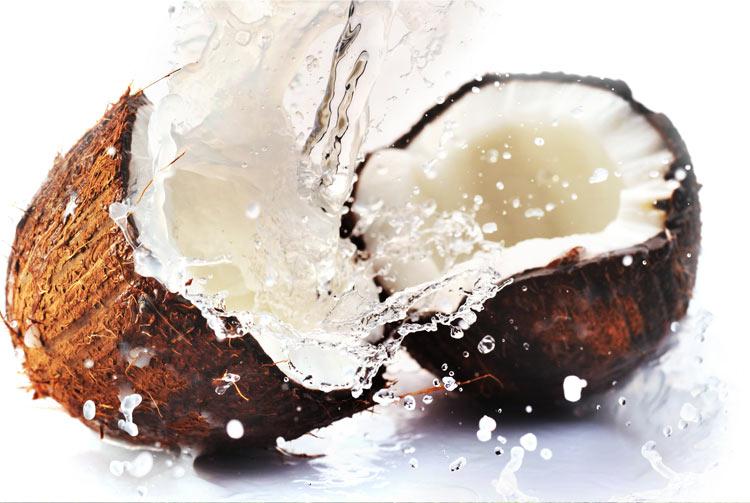 Разбивающийся кокос с молоком