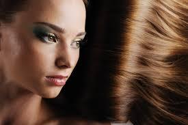 Девушка с красивыми волосами и вечерним макияжем