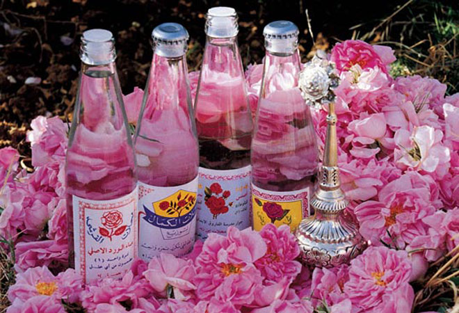 Масло разных видов в розовых лепестках