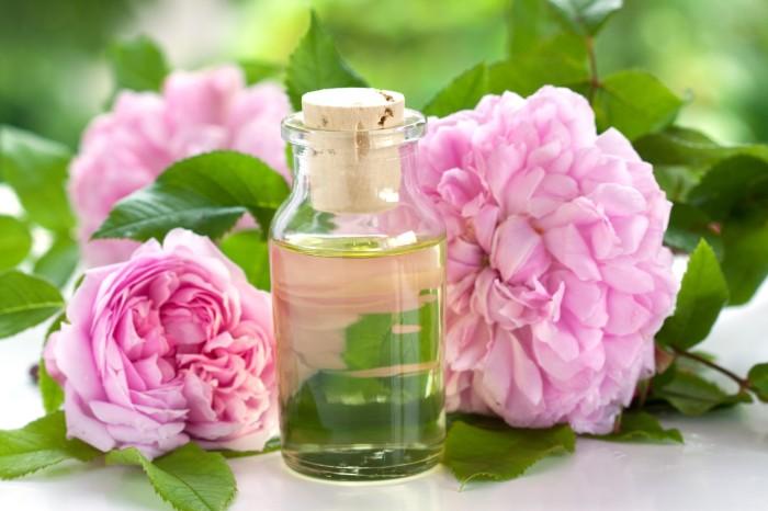 Розы и масло в бутыльке