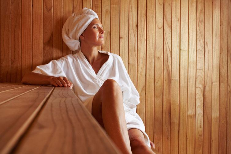 Девушка отдыхает в бане