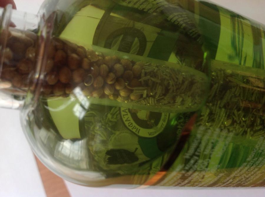 Емкость с натуральными семенами и травами, помещенная в бутылку
