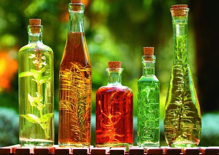 Разноцветные бутылки различной формы