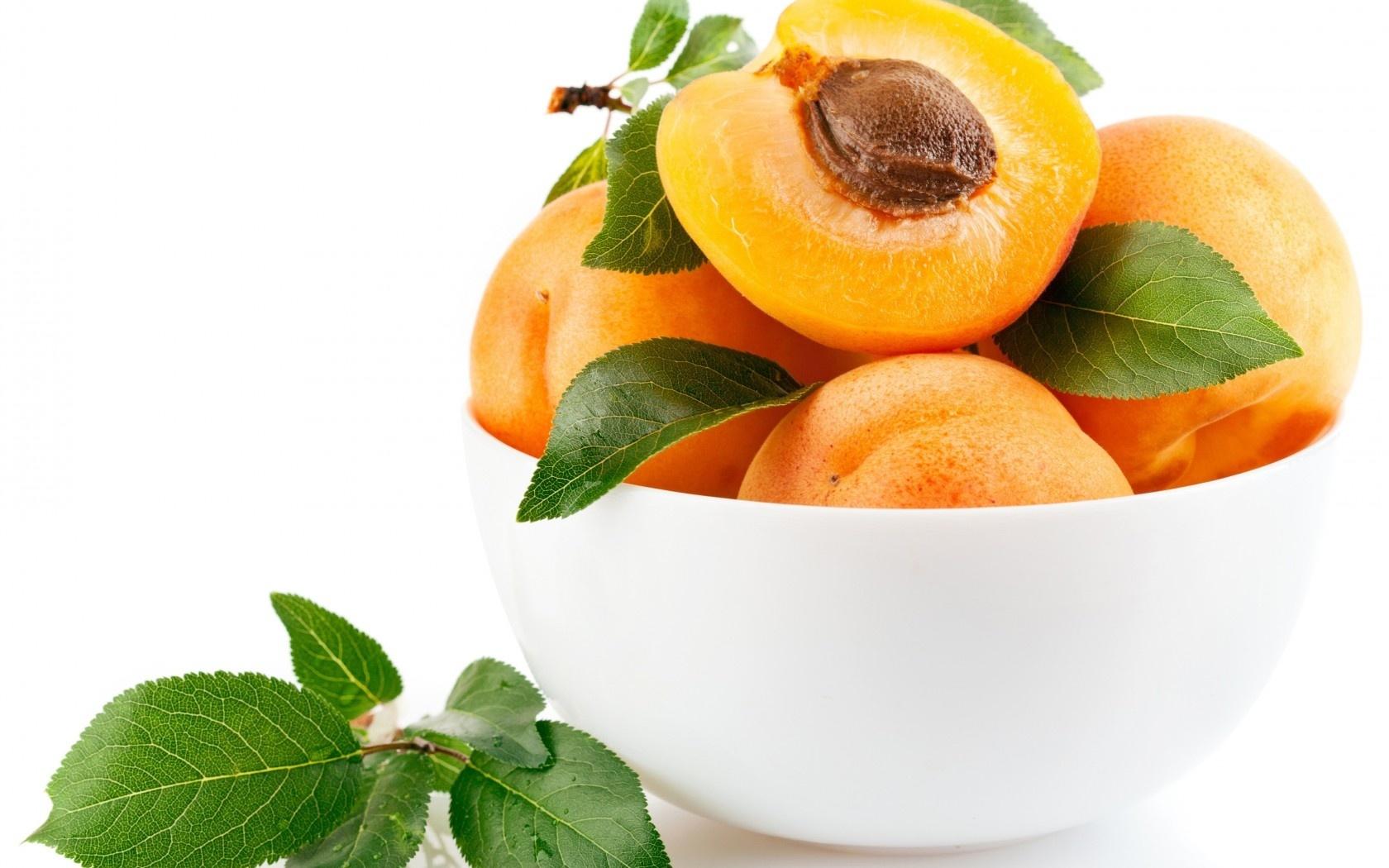 Плоды в белой миске