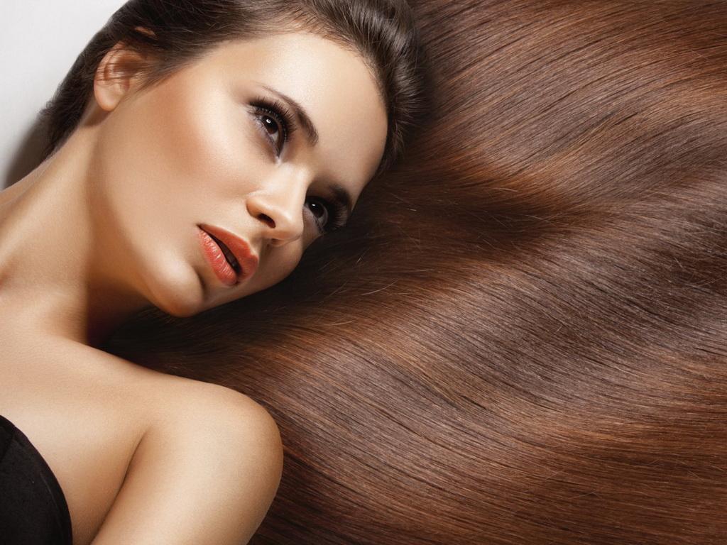 Девушка с красивыми каштановыми волосами