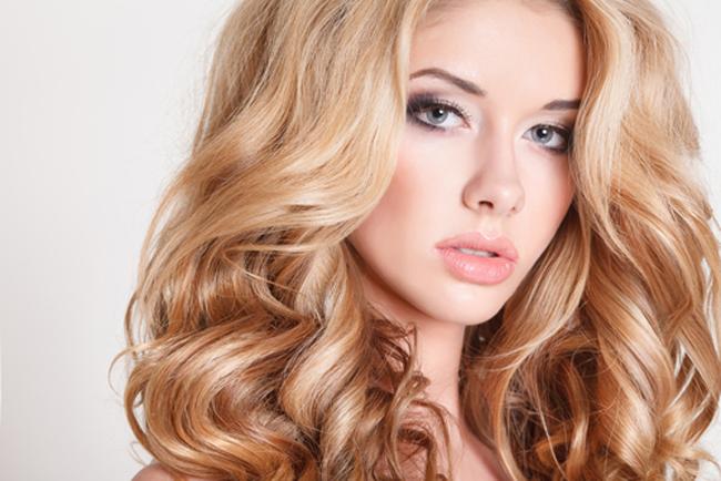 Девушка с сильными и объемными волосами