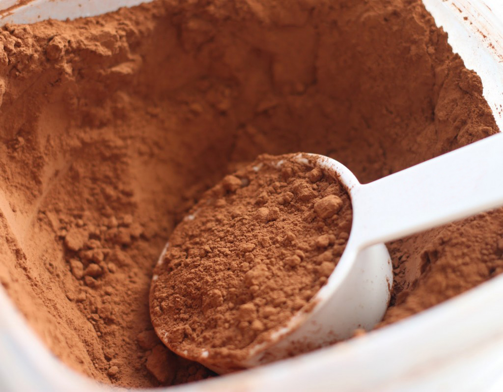 Какао с пластмассовой ложкой