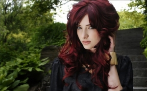 Девушка с волосами цвета махагон и в черном платье